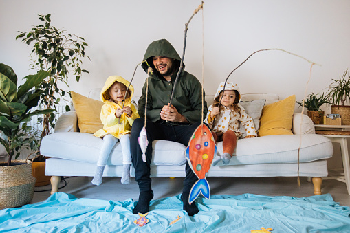 man fiskar med barn
