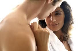 man och kvinna tittar kärleksfullt på varandra