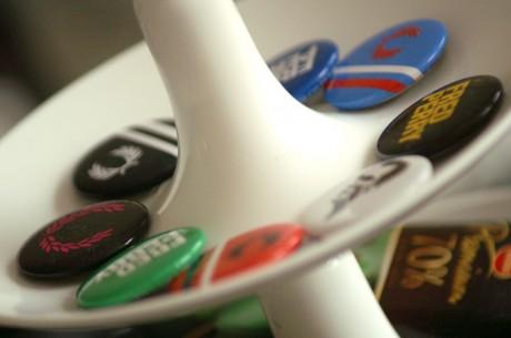 Ett fat med en massa knappar på med olika märken.