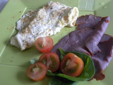 En vanlig frukost som består av rostbiff och omelett