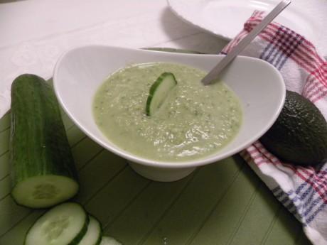 nyttig lunch som består av avokado och gurka