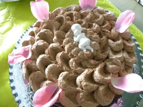 Chokladtårta med sovande porslinbaby