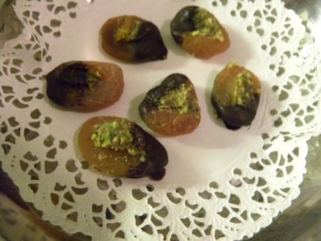 Aprikoser doppade i choklad på tårtpapper