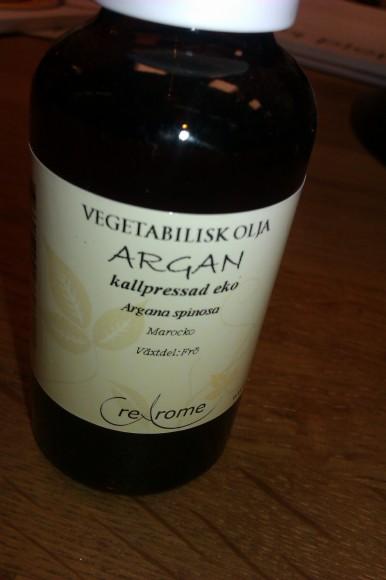 Arganolja i flaska på ekbänk