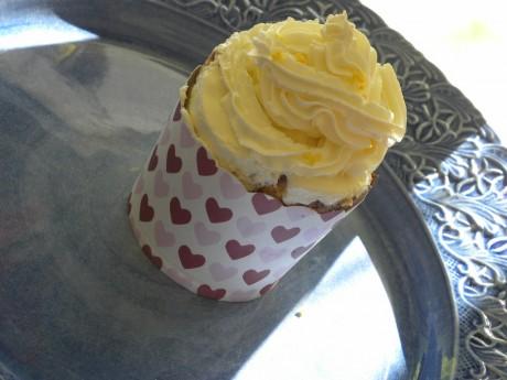 Cupcake i form med hjärtan på blått vackert fat