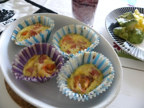 Frukostmuffins i randiga muffinsformar på vitt fat