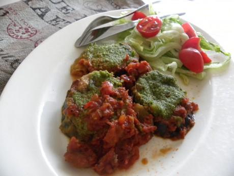 Aubergine med tomatsås, pesto och mozzarella på vitt fat