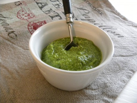 Grön pesto i vit skål