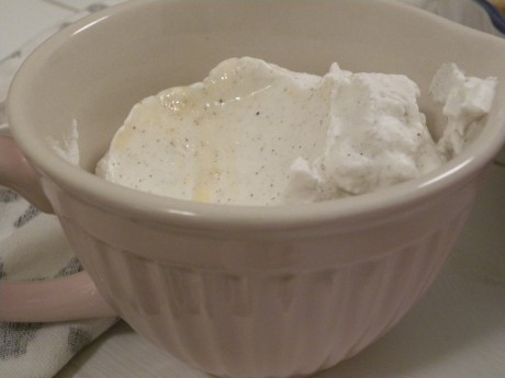 Vaniljgrädde i ljusrosa kanna