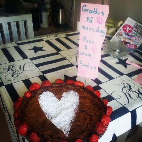 Kladdkaka med jordgubbar till mors dag från Evelyn till mamma