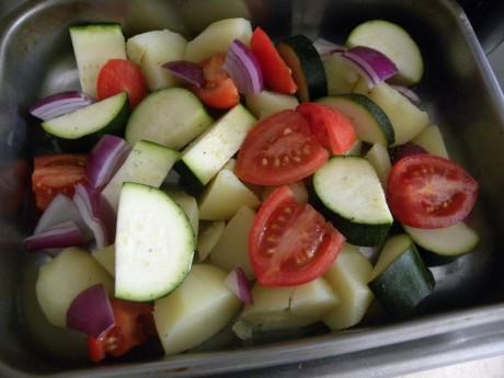 Tomat, zucchini, lök och potatis i ugnsfast form