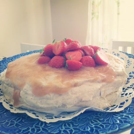 Frusen rabarbertårta på blått fat, dekorerad med jordgubbar