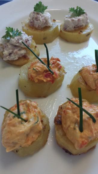 Ugnsrostade potatisskivor med baconröra och paprikaröra