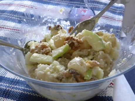 Potatis, äpple och valnötter i skål med dressing