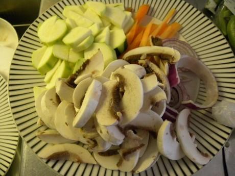 Svamp, morötter och zucchini på vit fat med svarta ränder
