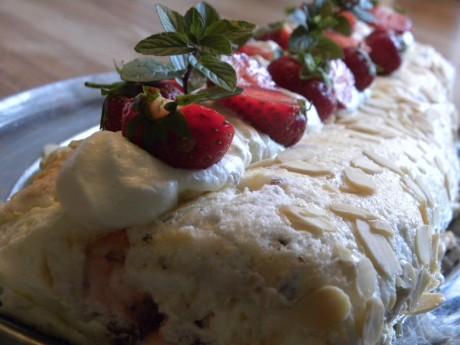 Budapestrull/tårta dekorerad med jordgubbar