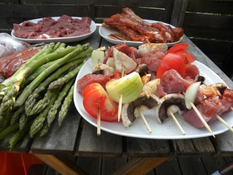 Sparris, kött grillspett ligger på ett bord och väntar på att bli grillat