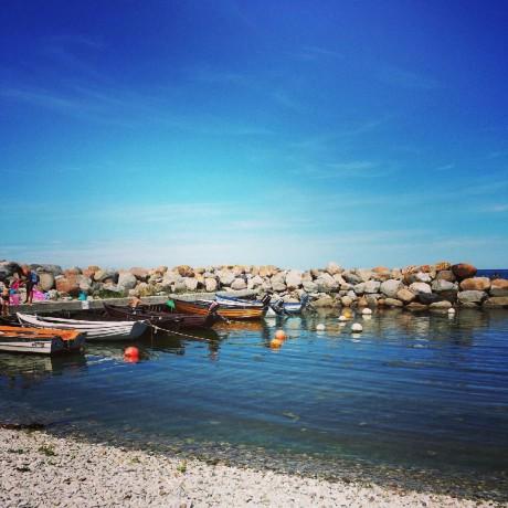 Ekor vid en brygga i en hamn på Hallshuk/ Gotland