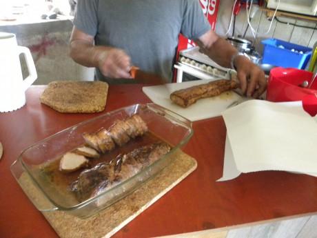 Kött som skärs i bitar på ett bord