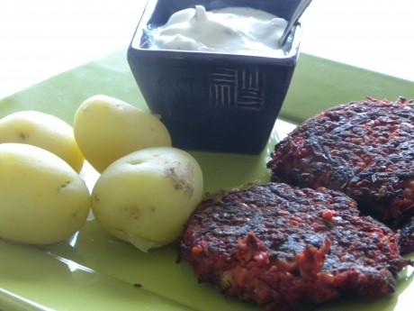 Rödbetsbiffar med potatis och fetaostcreme i en lila skål på en grön tallrik