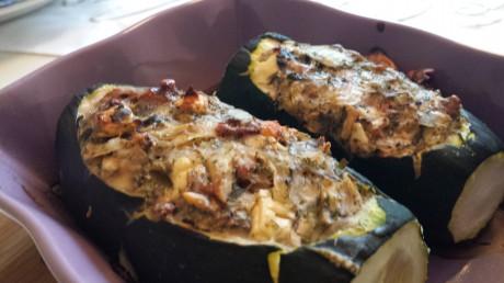 Fylld zucchini på lila ugnsfast fat
