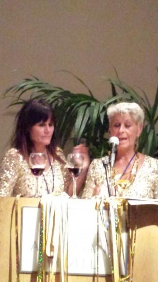Rönninge Show Chorus dirigenter Anna Alvring och Britt-Helene Bonnerdahl håller tal för vinnarkören RSC på hawaii 2013
