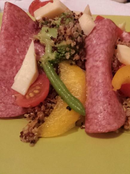 Quinoasallad med salami och parika
