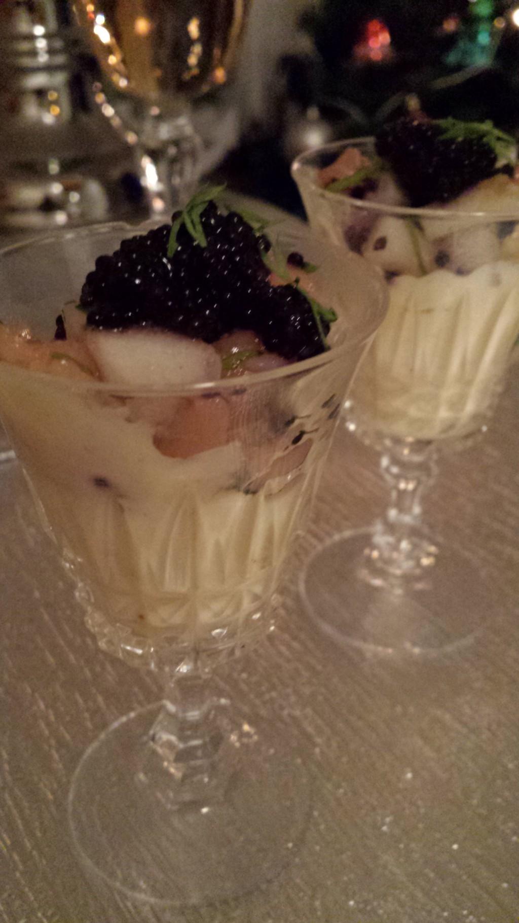 Lax och pärontartar i glas på en bädd av västerbottenostkräm