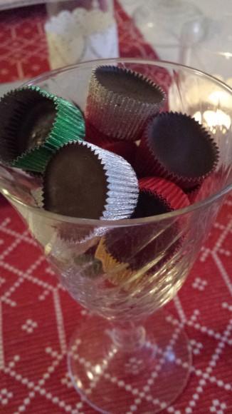 Ischoklad i små färgglada formar liggandes i ett glas