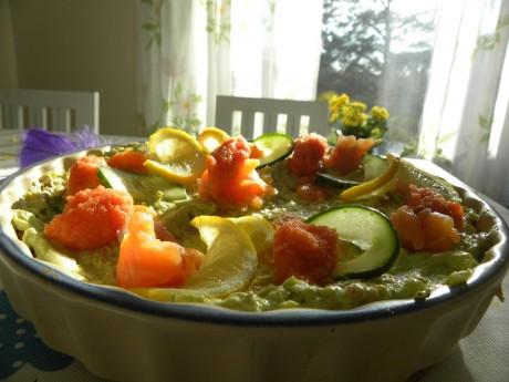 Räktårta i en bege pajform med blå kant, garnerad med citronskivor räkor och caviarrom
