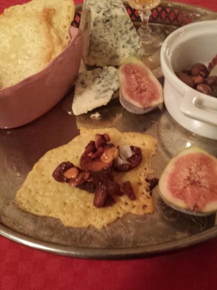 Ostchips med honungsmarinerade nötter, ädelost och halva fikon på ett silverfat