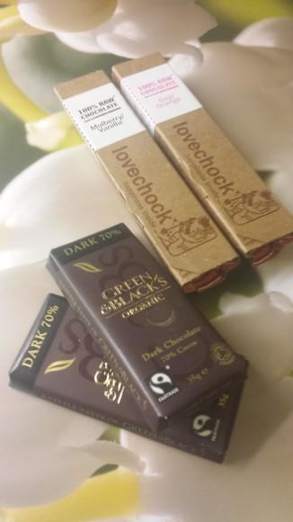 Chokladbitar som ligger på en bild med snödroppar
