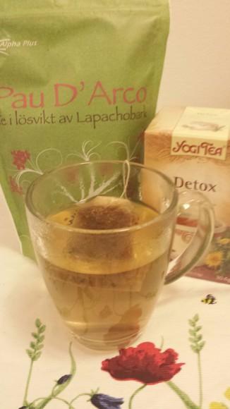 Te på bord och te i kopp