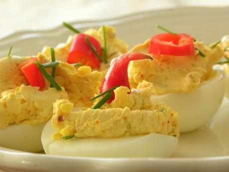 Ägghalvor med gulaktig röra och paprika