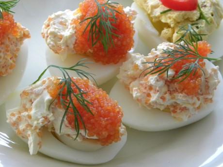 Ägghalvor med romfyllning och dill