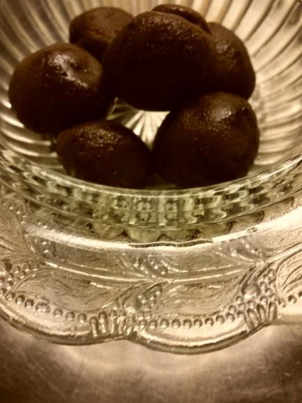 Chokladkulor på ett antikt glasfat