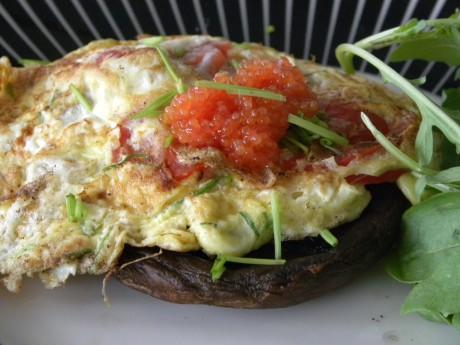 Omelett med tomat och gräslök toppad med kaviar på svampbädd