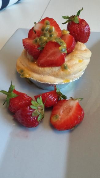 Maränger med jordgubbar på ett grått fat