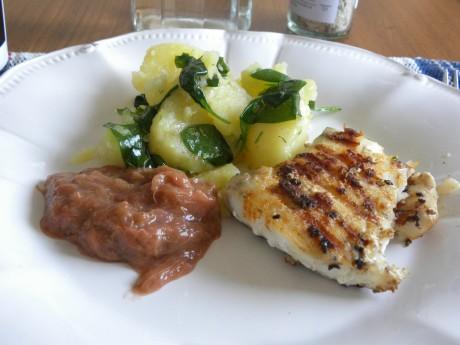Potatis, fisk och rabarbersås på ett vitt fat
