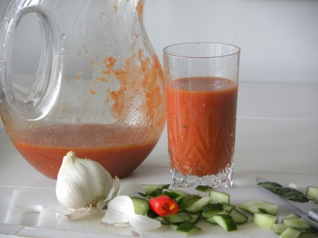 Kall tomat och gurksoppa i kanna och i glas