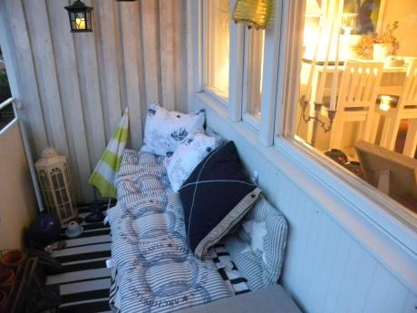 Soffa med kuddar på en balkong