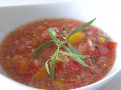 Tomatsalsa i en vit skål