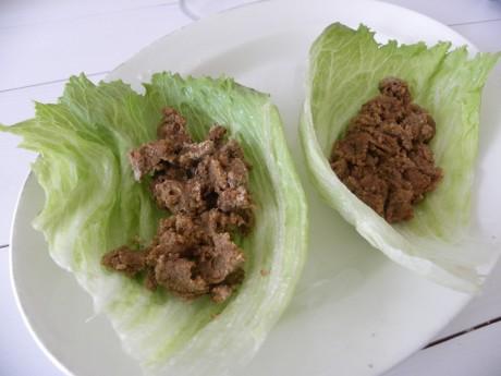 Nötfärs med tacosmak i ett salladsblad på en vit tallrik