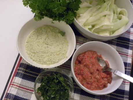 Olika rawfoodsåser till en rawfood-lasagne på en blå-röd-vit-rutig duk