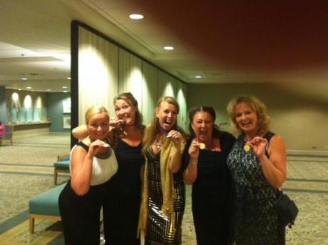 5 stycken kvinnor visar sina guldmedaljer! VM i barbershop 2013, Hawaii