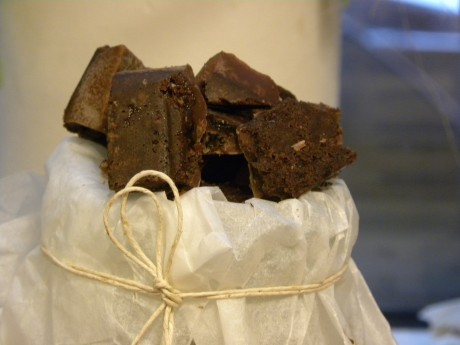 Chokladtryfflar i en skål med vitt papper