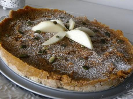 Rawfood pumpapaj dekorerad med pumpakärnor och päronbitar