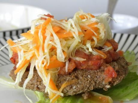 Raw valnötsburgare med coleslaw och raw tomatsalsa
