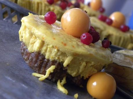 Rawfood cheesecake med saffranskräm på pepparkaksbotten