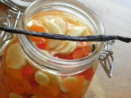 Rotfrukter i slantar i en glasburk med salt vatten